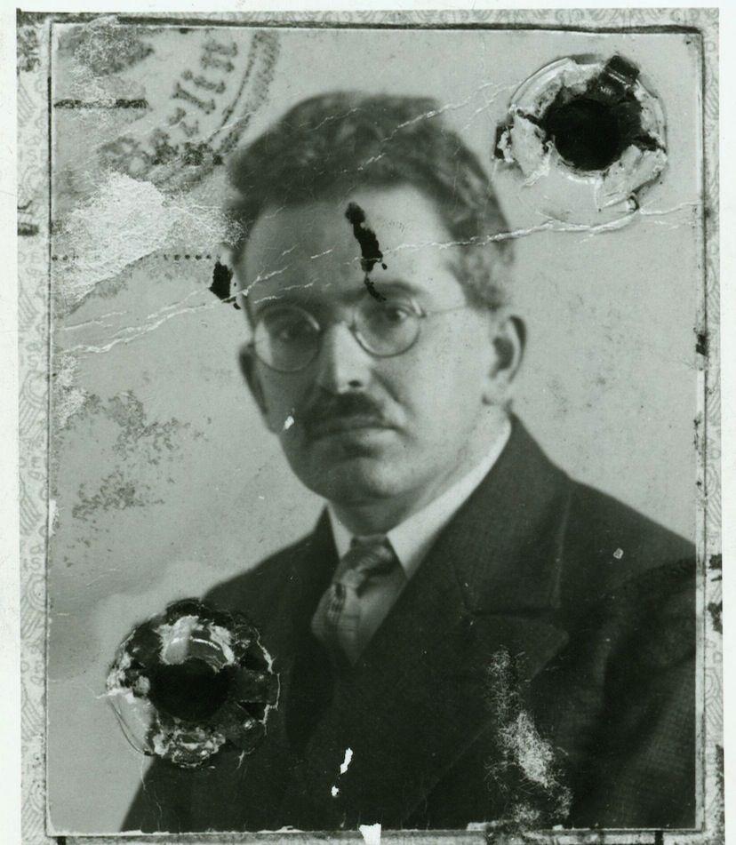Foto uit het paspoort van Walter Benjamin.