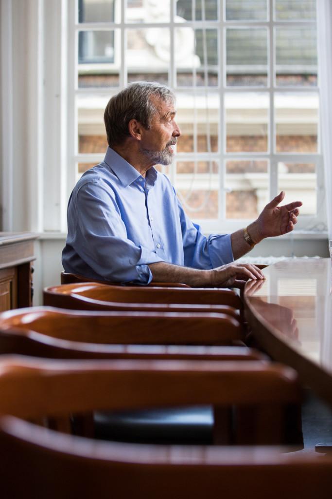 Nederland, Amsterdam, 31 augustus 2015: Emeritus hoogleraar (University of Edinburgh) Geoffrey Boulton opent het academisch jaar 2015-2016 van de Universiteit van Amsterdam. Op de foto: Geoffrey Boulton tijdens een interview in het Maagdenhuis op het Spui in Amsterdam.