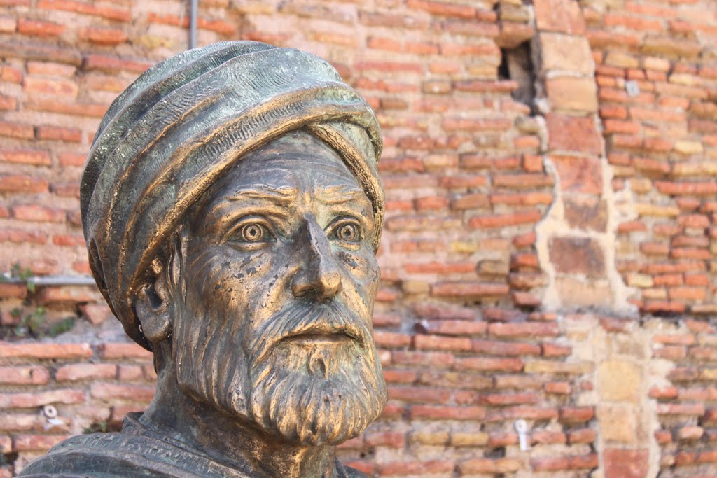 Beeld van Ibn Khaldun.